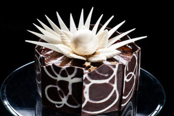 """Karališkas"" - morengo ir biskvito tortas su šokoladu ir riešutais"