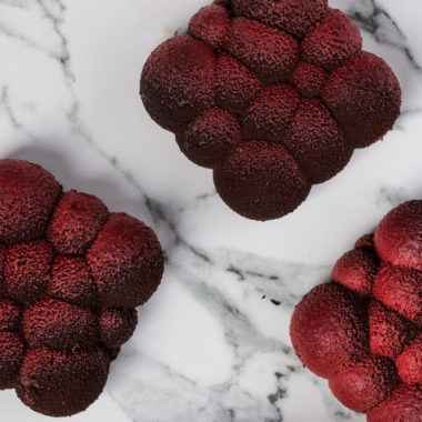 """Šokoladinis pyragėlis su vyšnių tyre """"Aksominis"""""""