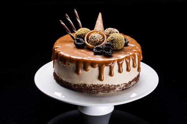 """Viktorija"" - karamelinis tortas su slyvomis ir vyšniomis"