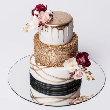 3 aukštų tortas su auksiniu nubėgimu ir rožėmis