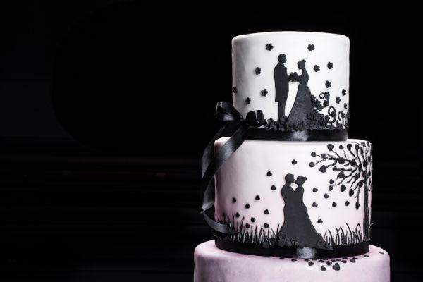 Trijų aukštų tortas su siluetais