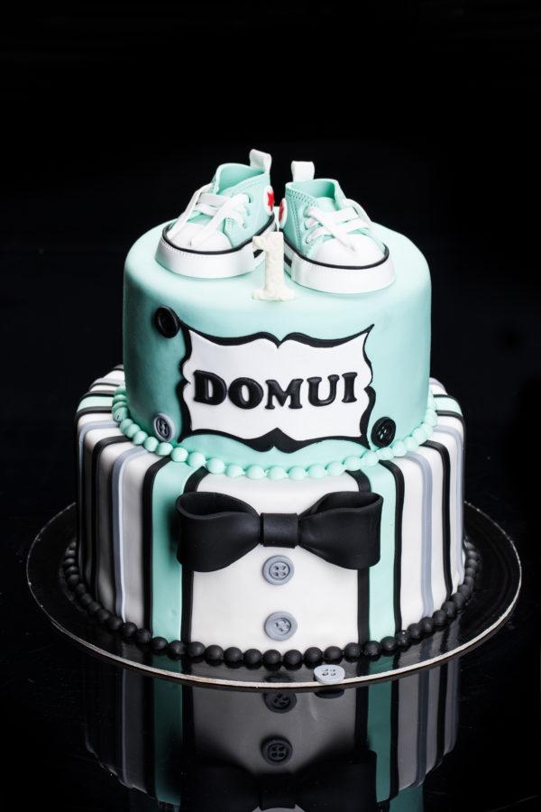 Dviejų aukštų tortas su sportbačiais