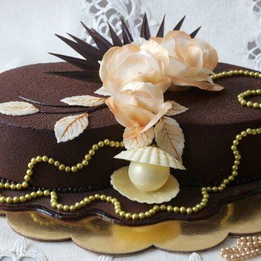Jubiliejinis tortas su auksiniais karoliais