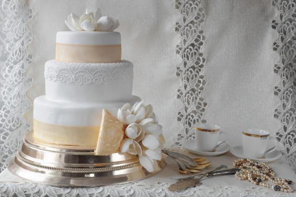 Trijų aukštų tortas su Sugar Veil