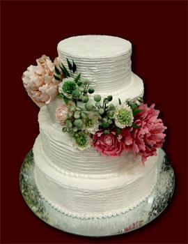 Trijų aukštų baltas tortas su vasarinėm gėlėm