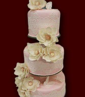 Trijų aukštų rožinis tortas su baltu Sugar Veilu