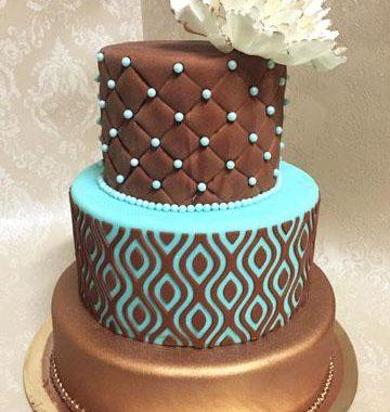 Trijų aukštų rusvas tortas su mėtine spalva