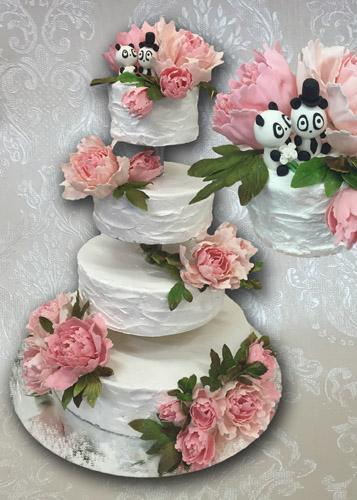 Keturių aukštų tortas su bijūnais ant stovo
