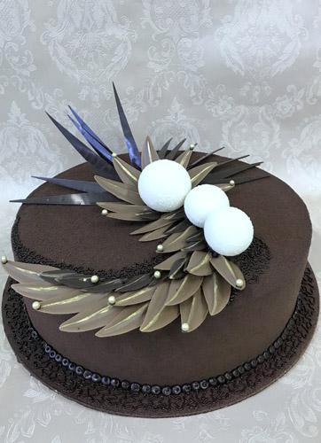 Jubiliejinis tortas su šokoladiniais lapeliais