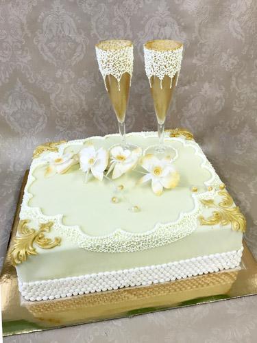 Vestuvinis tortas su taurėmis