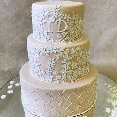 Trijų aukštų kreminis tortas su gėlytėmis