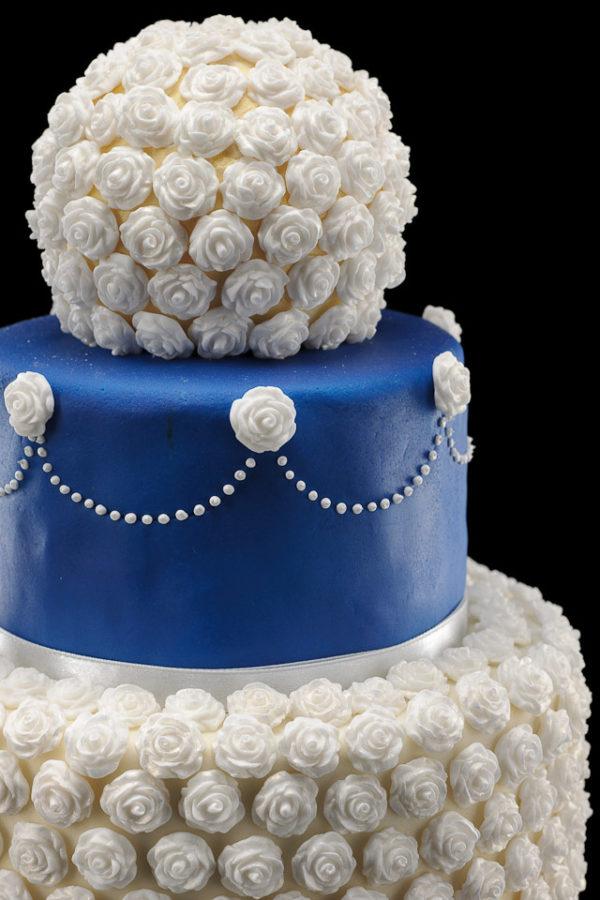Mėlynas tortas ant stovo