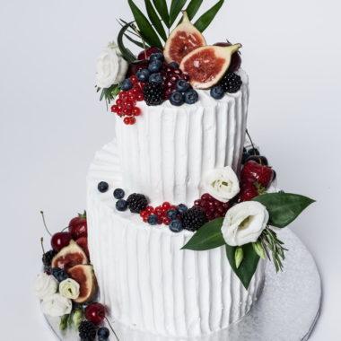 Dviejų aukštų baltas tortas su vaisiais ir gyvom gėlėm