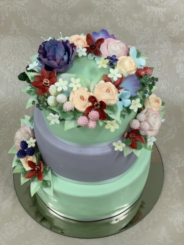 Trijų aukštų žalsvas tortas su gėlėm