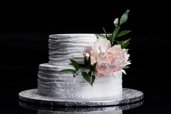 Dviejų aukštų tortas su gėle