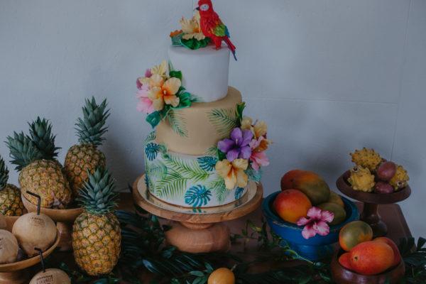 Trijų aukštų tortas su papūga