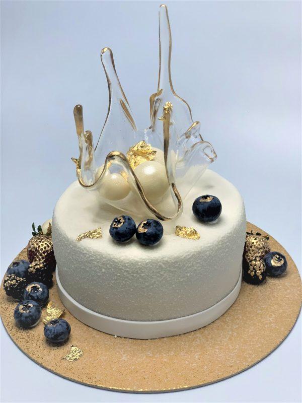 Baltas tortas su karūna