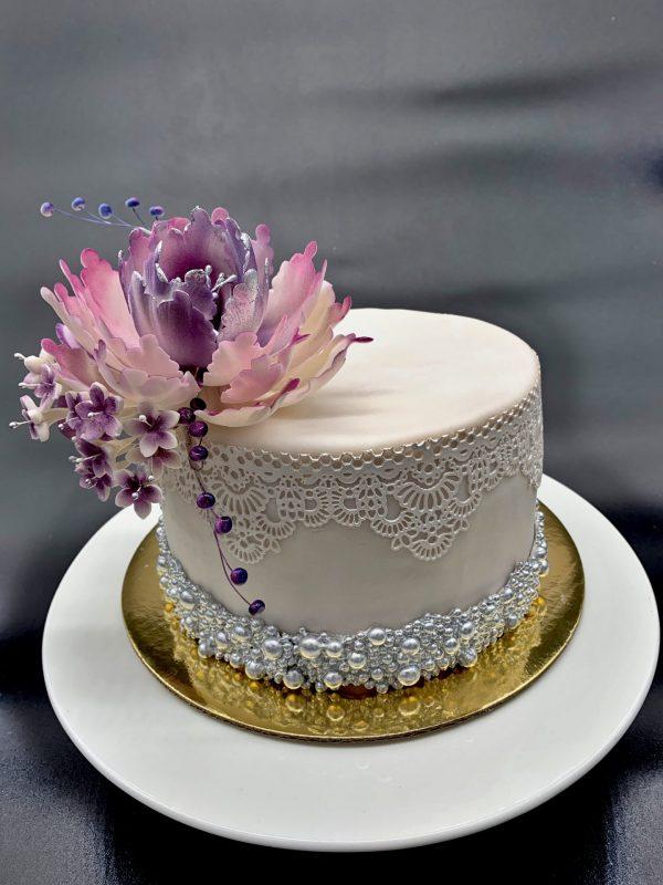 Elegantiškas tortas su gėle