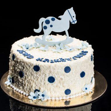 Baltas krikštynų tortas su žydru arkliuku