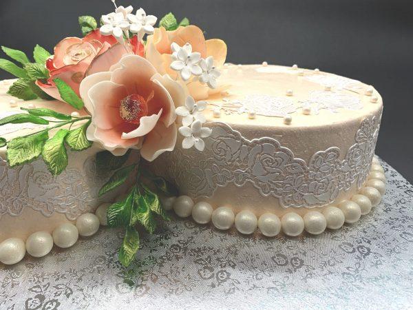 Neriniuotas tortas su gėlėmis