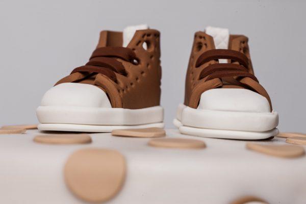 Krikštynų tortas su rudai – baltais batukais