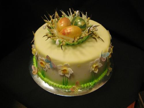 Velykinis apvalus tortas su trimis kiaušiniais