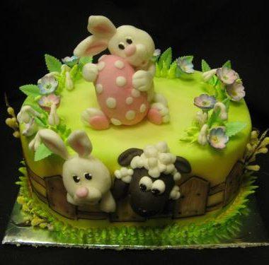 Velykinis ovalo formos tortas su zuikiu ir kitais žvėreliais