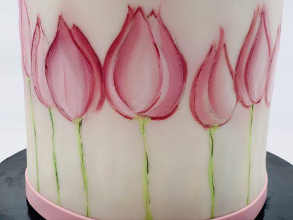 Tortas su pieštom tulpėm