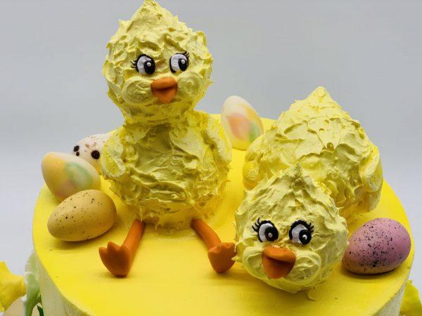Velykinis tortas su narcizais ir viščiukais