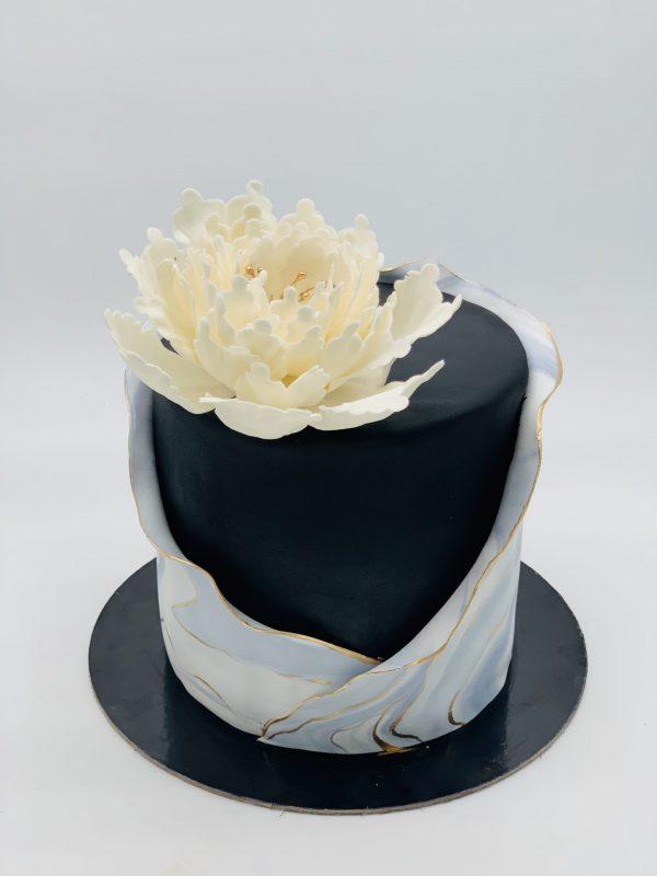 Juodas tortas su bijūnu