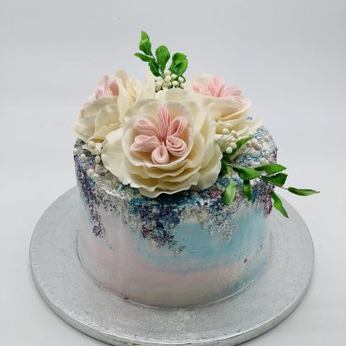 Perlamutrinis tortas su bijūninėm rožėm