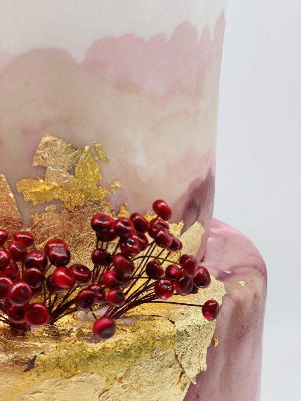 Vestuvinis tortas su auksu ir uogytėm