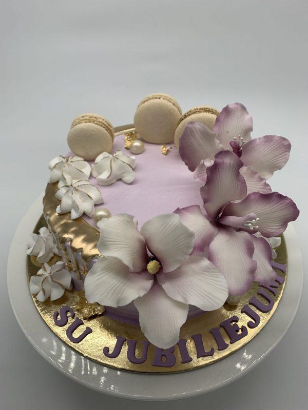 Jubiliejinis tortas su lelijomis