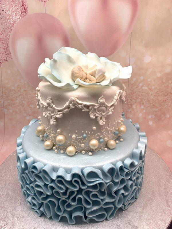Dviejų aukštų pilkas tortas su leliuku