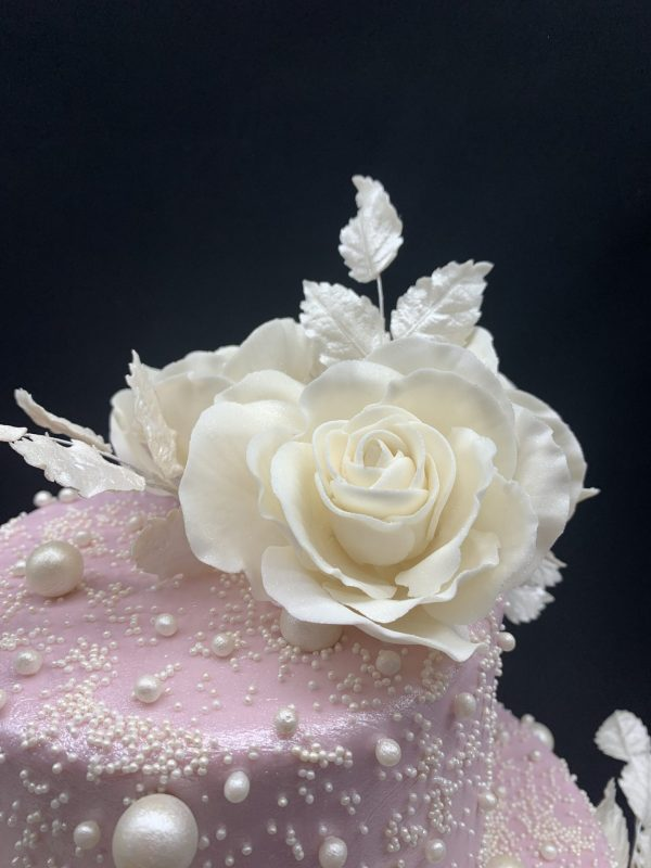 Dviejų aukštų rožinis tortas su cukrinėmis rožėmis