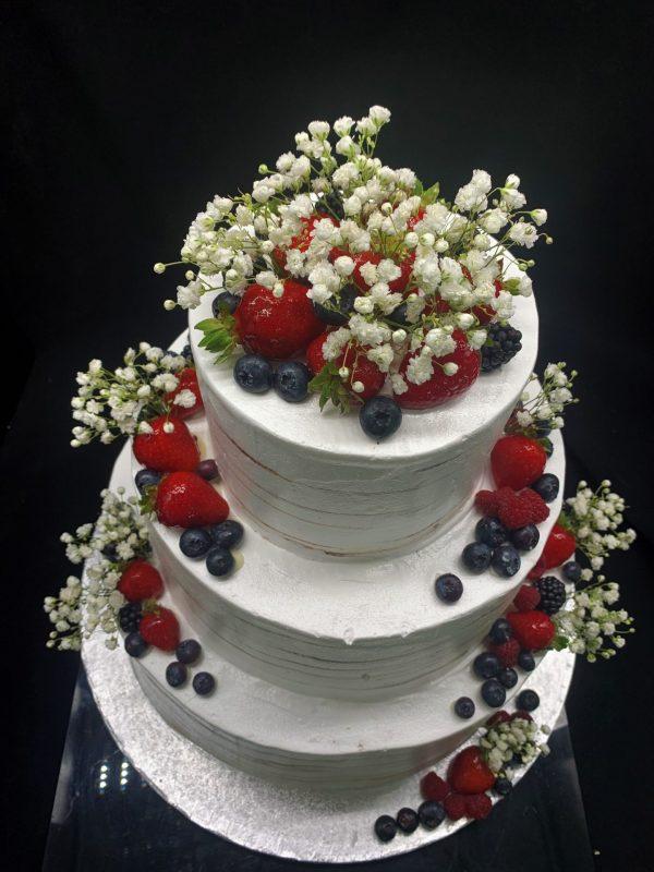 Trijų aukštų tortas su gipsofilijomis ir vaisiais