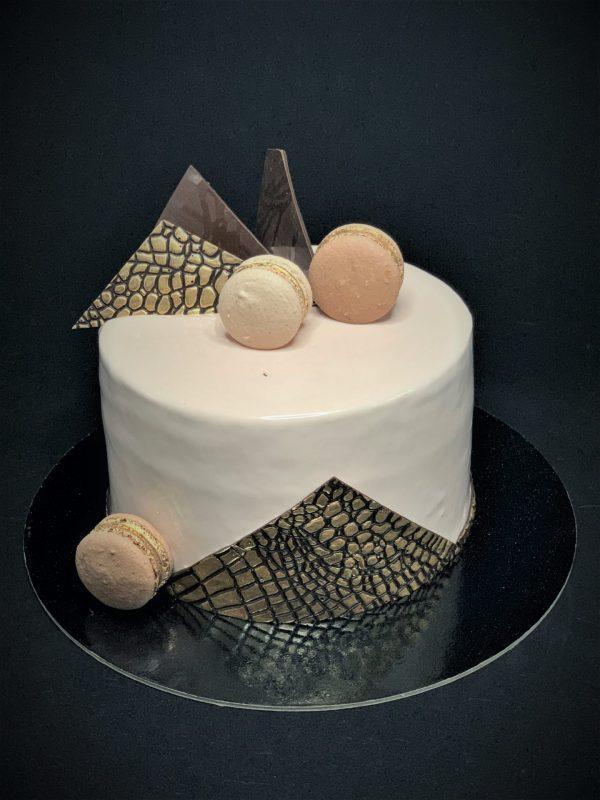Jubiliejinis kreminis tortas su rudais papuošimais