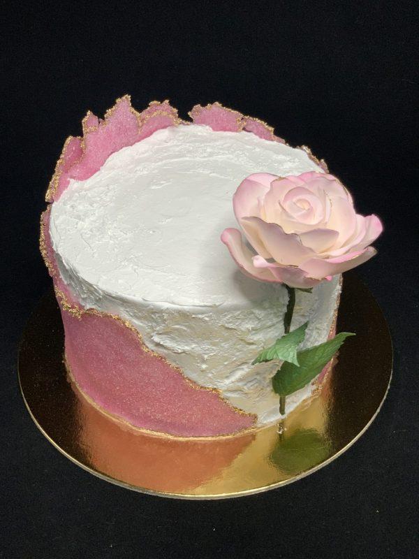 Jubiliejinis tortas su rožiniu cukrumi ir rože