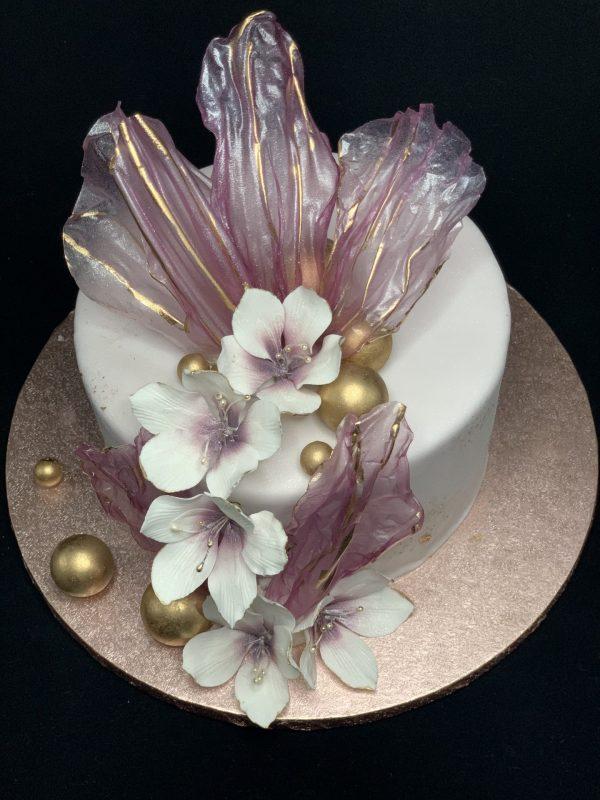 Jubiliejinis tortas su ryžiniu popieriumi ir cukrinėmis gėlėmis
