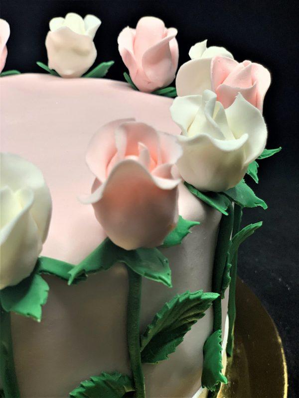 Rožinis tortas su rožių vainiku