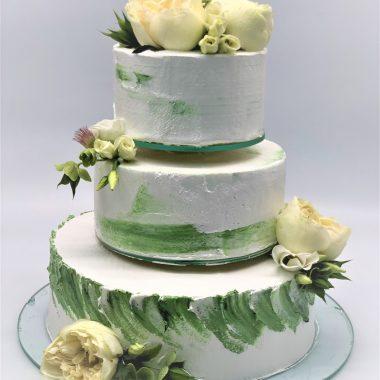 Vestuvinis žalsvas tortas su gyvomis gėlėmis