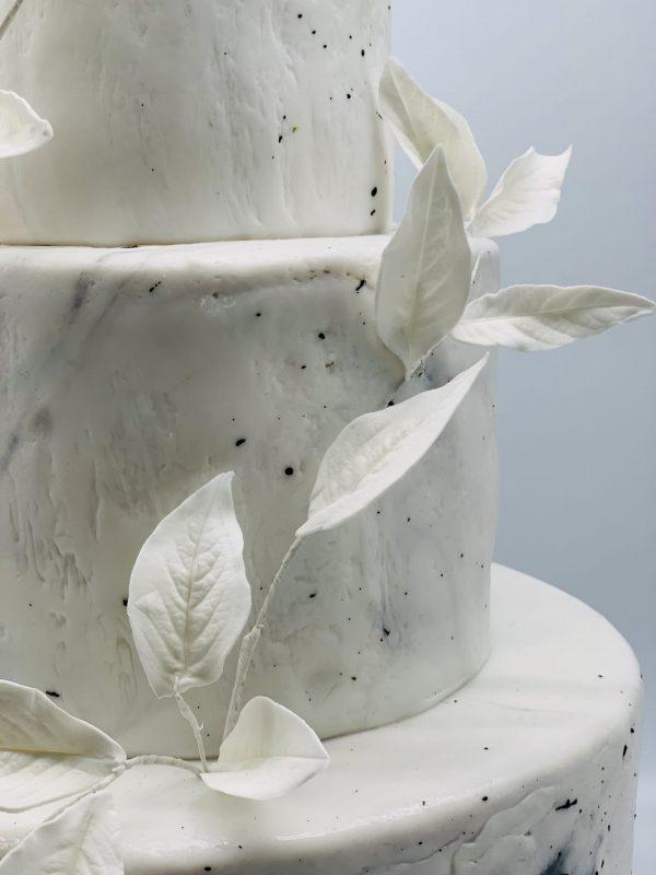 Trijų aukštų vestuvinis tortas